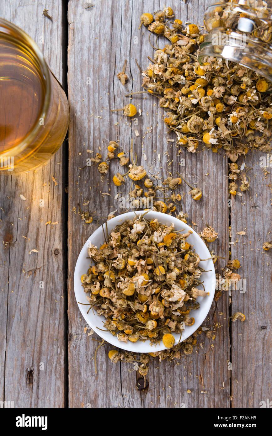 Haufen von getrockneten Kamille (Nahaufnahme) auf hölzernen Hintergrund Stockbild