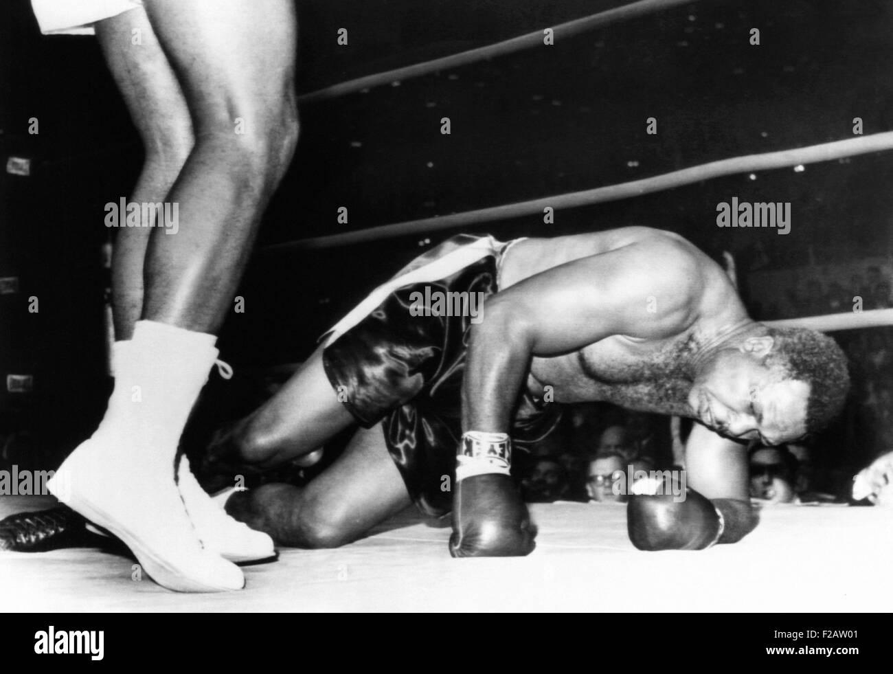 Archie Moore auf der Leinwand in der vierten Runde von seinem Kampf mit 20 Jahre alten Cassius Clay. 15. November Stockbild