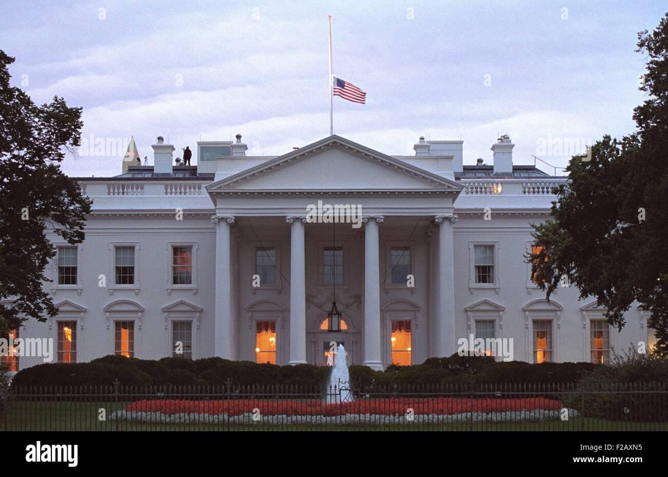 Amerikanische Flagge weht auf Halbmast über das Weiße Haus bei Sonnenaufgang Freitag, 14. September 2001. Stockbild