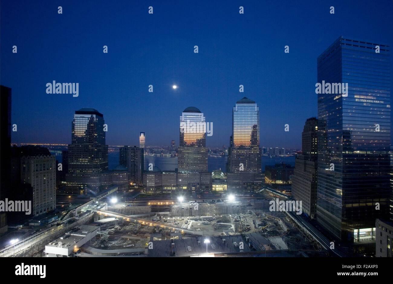 Nachtansicht der 16 Hektar großen World Trade Center Site im Umbau. Ansicht ist im Westen, mit drei Gebäuden Stockbild