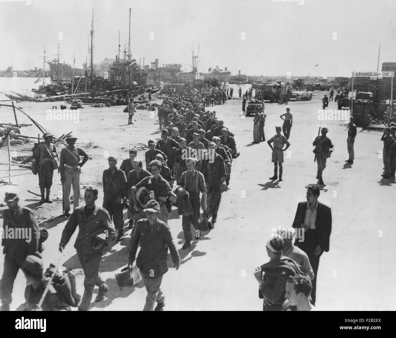 Deutsche Kriegsgefangenen wurden gefangen genommen, auf Küste Stadt in Italien, auf dem Weg zu einem POW-Palisade. Stockbild