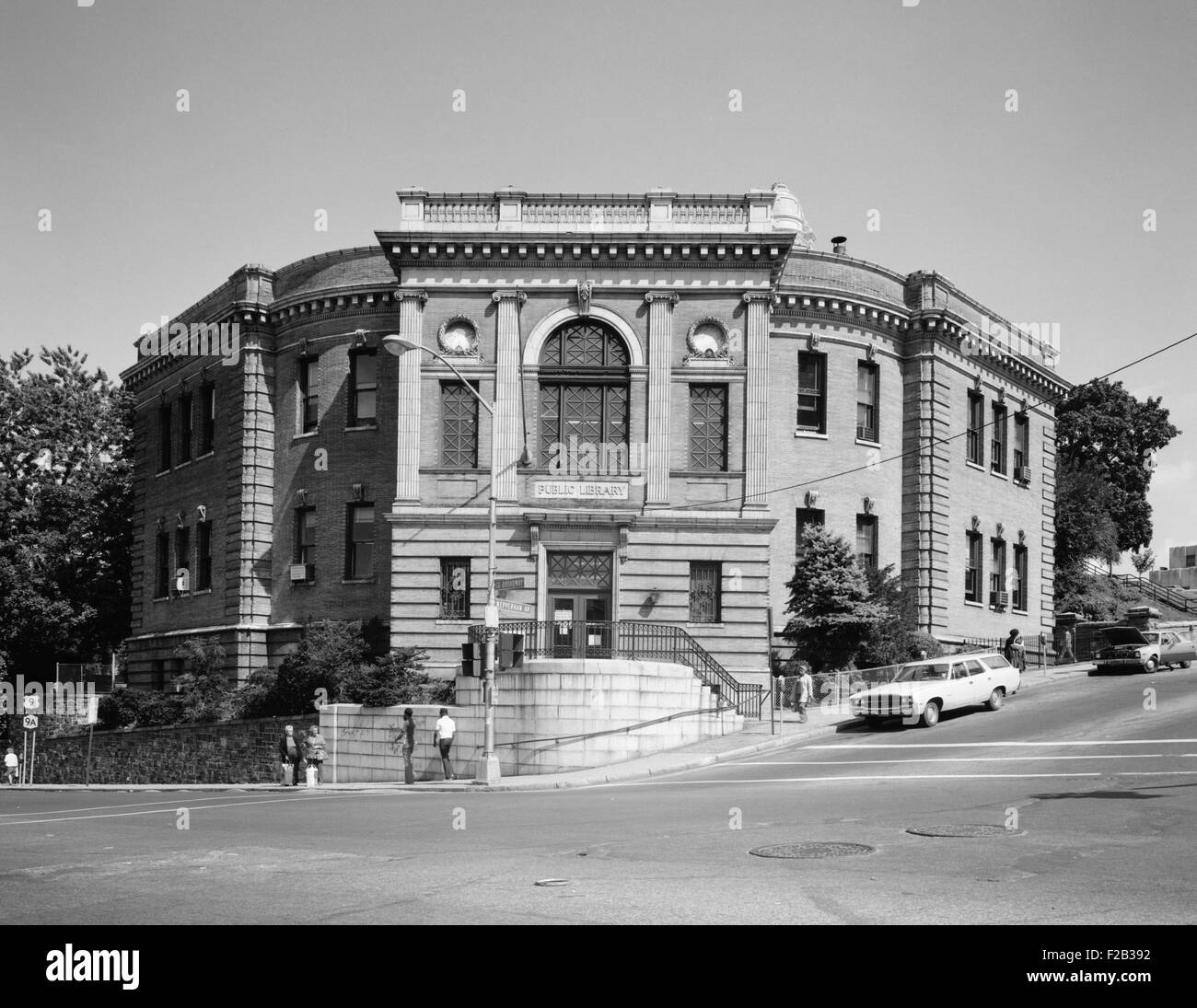 Yonkers Public Library, ca. 1980. Haupteingang. Nepperhan Avenue & South Broadway. Westchester County, New York. Stockbild