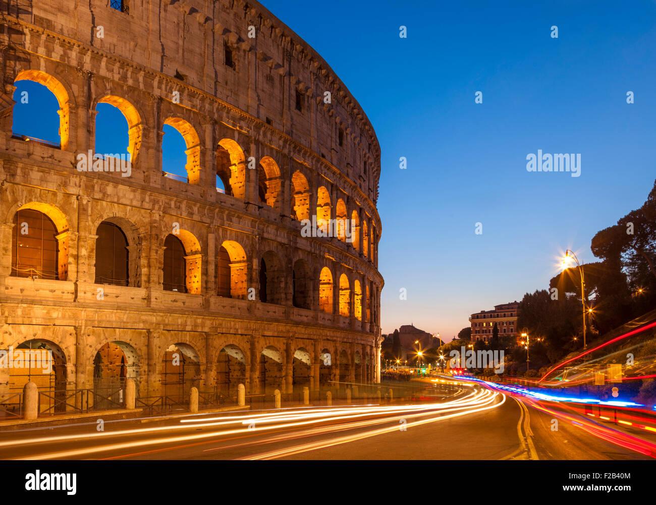 Kolosseum in Rom oder Flavian Amphitheater bei Nacht mit Licht Routen Rom Lazio Region Italien EU Europa Stockbild
