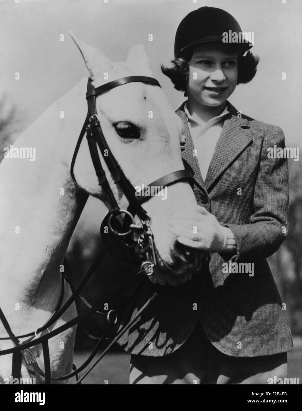 Prinzessin Elizabeth mit einem weißen Pony an ihrem dreizehnten Geburtstag im Jahr 1939. -(BSLOC_2015_1_45) Stockbild