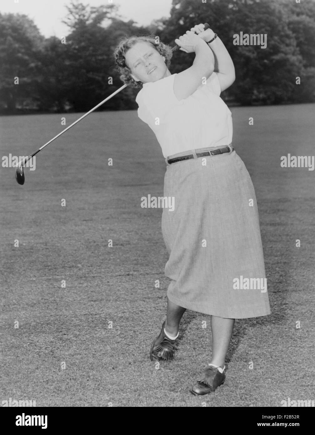 Patty Berg Golf spielen in 1951. Sie war Gründungsmitglied und Spieler auf der LPGA Tour. Sie gewann 15 großen Stockbild