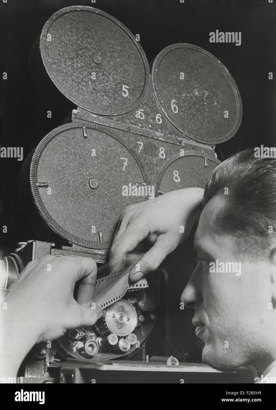 Film-Ingenieur mit der Mahnung-Methode. Zwei Filme gleichzeitig laufen in die Kamera, mit dem Hintergrund-Film, Stockbild