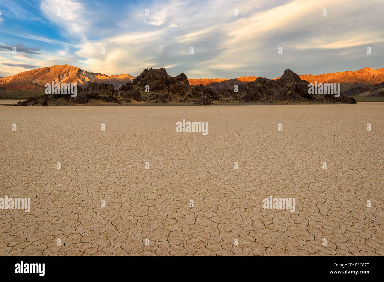 Racetrack Playa bei Sonnenuntergang in Death Valley Nationalpark Stockbild