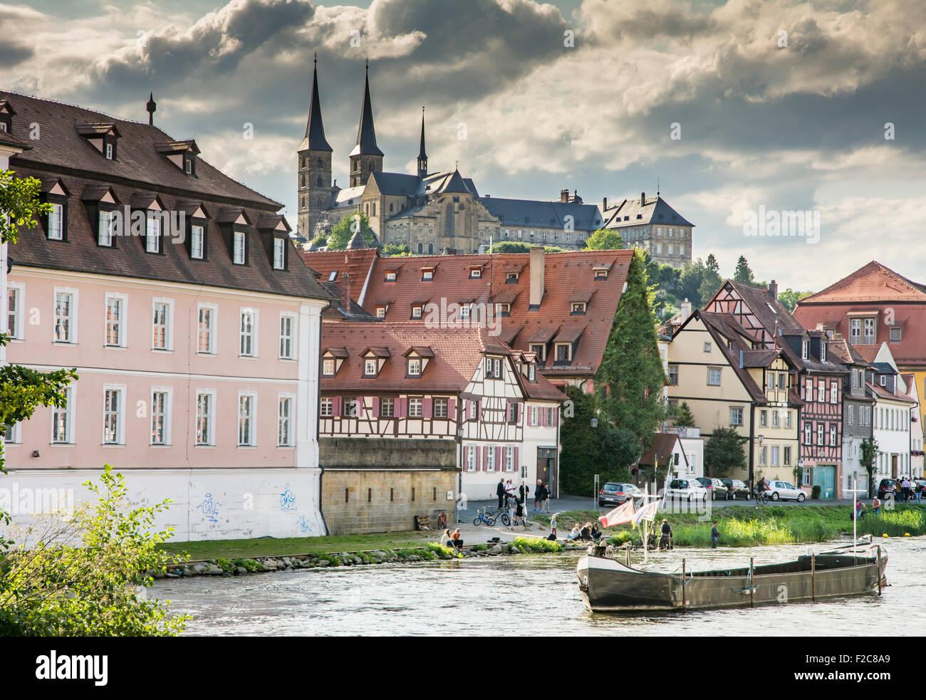 BAMBERG, Deutschland - 4 SEPTEMBER: Touristen am Fluss Regnitz unterhalb Michelsberg Abbey in Bamberg, Deutschland Stockbild
