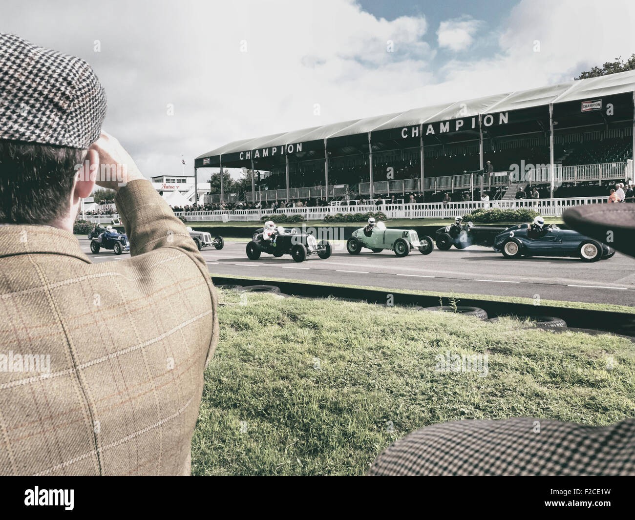 Start der Oldtimer-Rennens beim Goodwood Revival 2015. Stockfoto