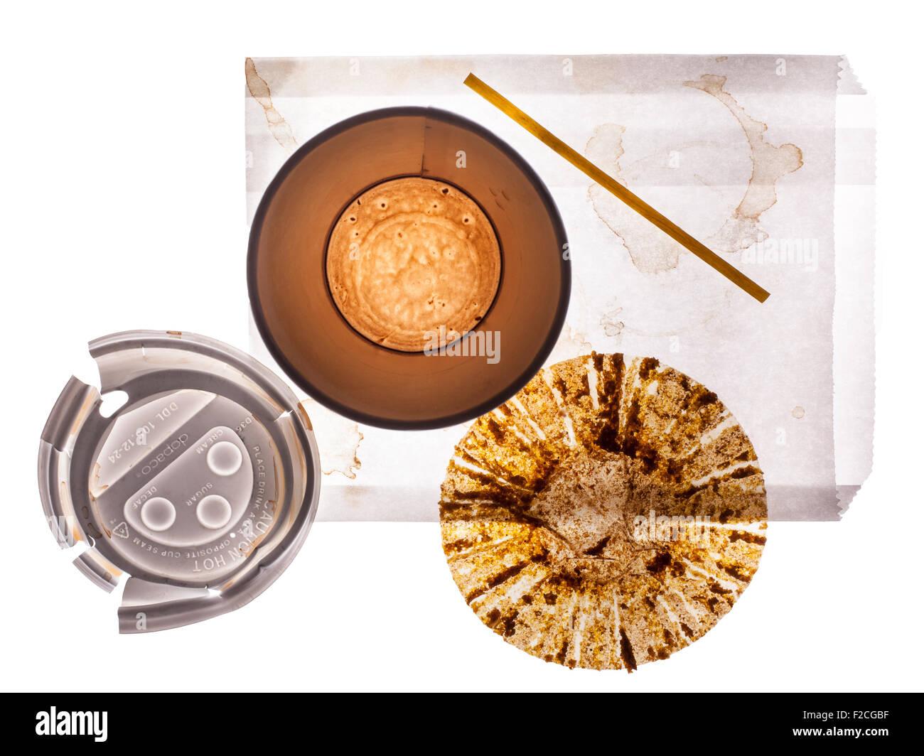 Draufsicht der leeren Pappbecher Kaffee, Deckel, leere Muffin-Wrapper, rühren, Stick, weiße Papiertüte Stockfoto