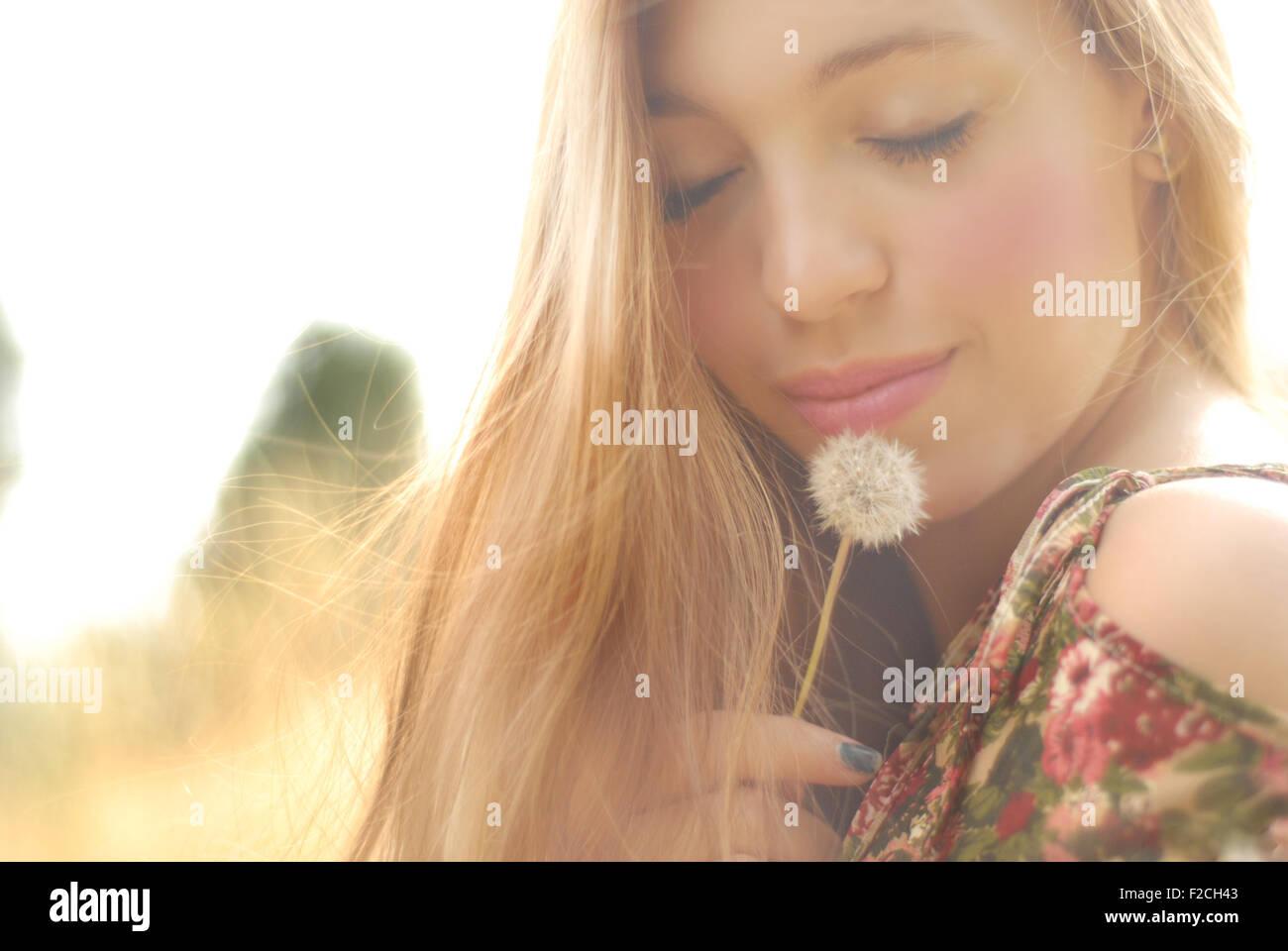 schöne Blondine auf der Außenseite mit Löwenzahn Mädchen mit schöner Haut und Gesicht schöne Stockbild