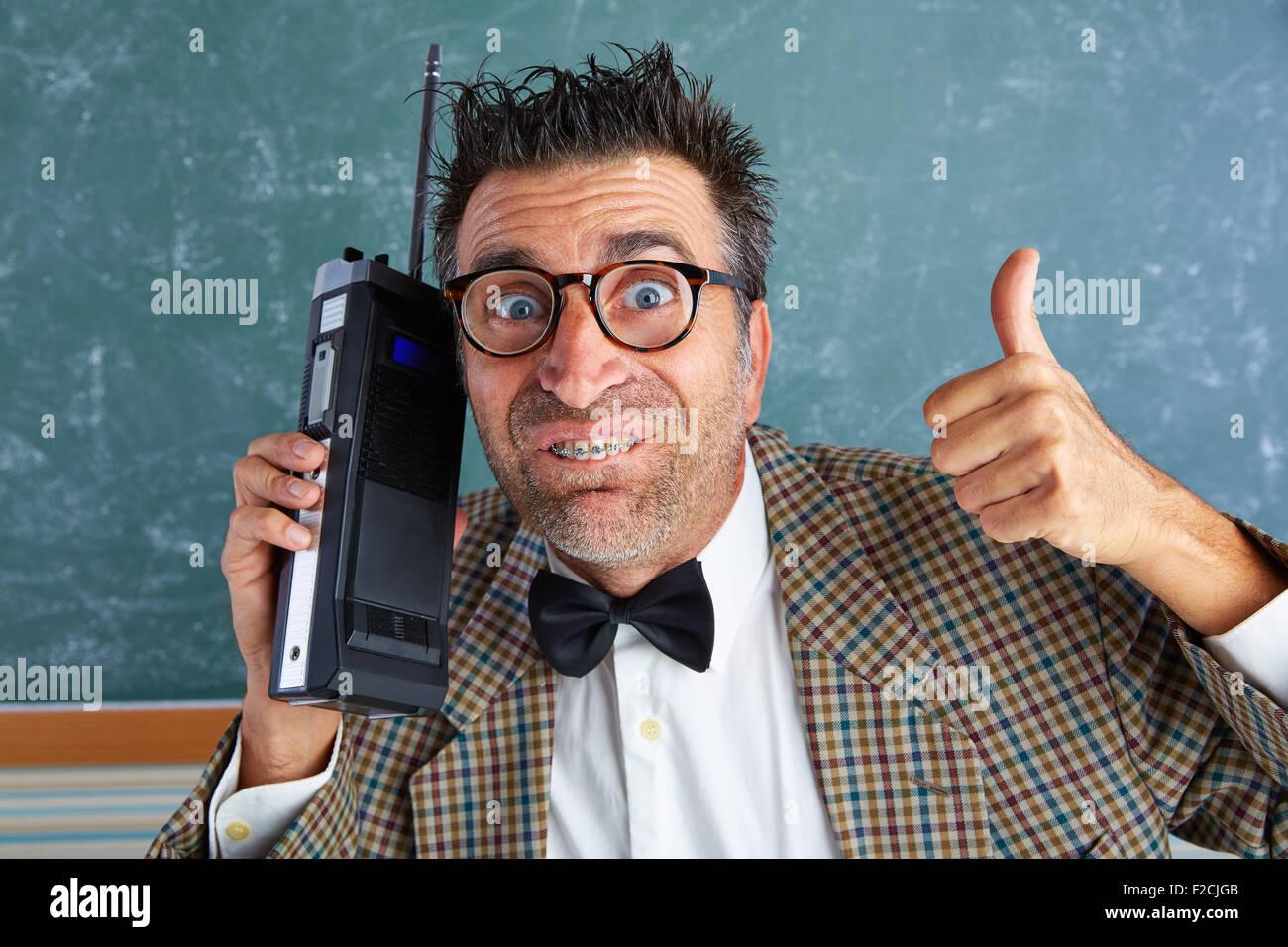 Nerd dumme Privatdetektiv mit Retro-Walkie-Talkie auf Lehrer balckboard Stockbild