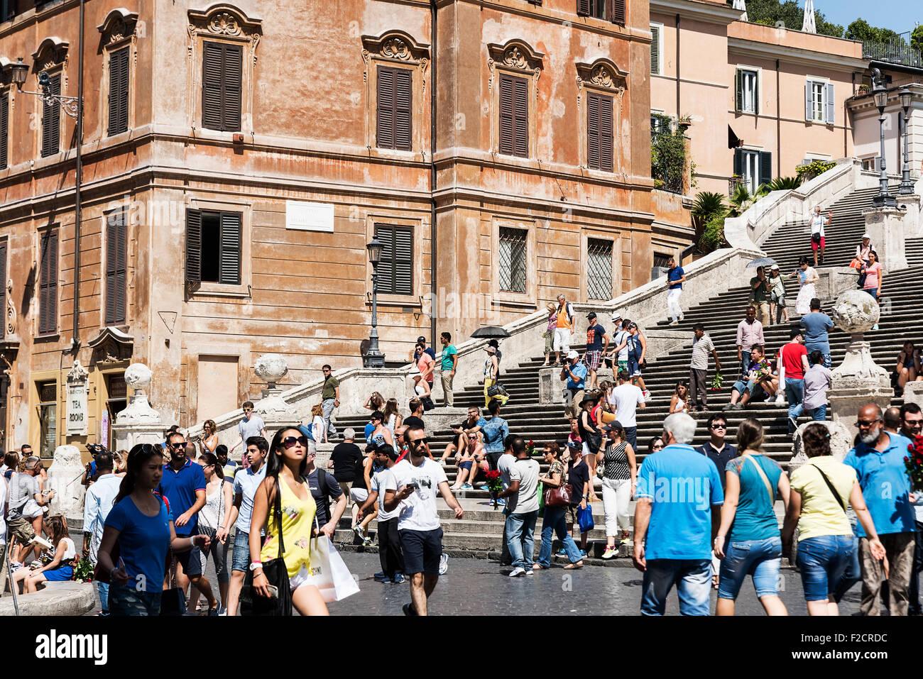 Die beliebte spanische Treppe Gegend zieht schwere Touristenmassen, Rom, Italien Stockbild