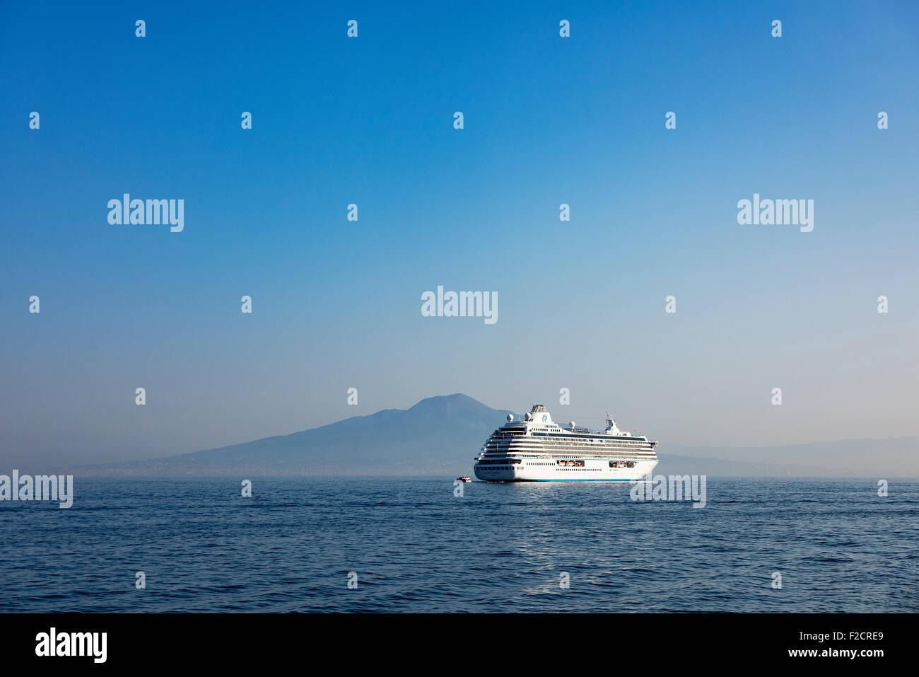 Kreuzfahrtschiff auf den Golf von Neapel mit dem Vesuv im Hintergrund verankert, Neapel, Italien Stockbild