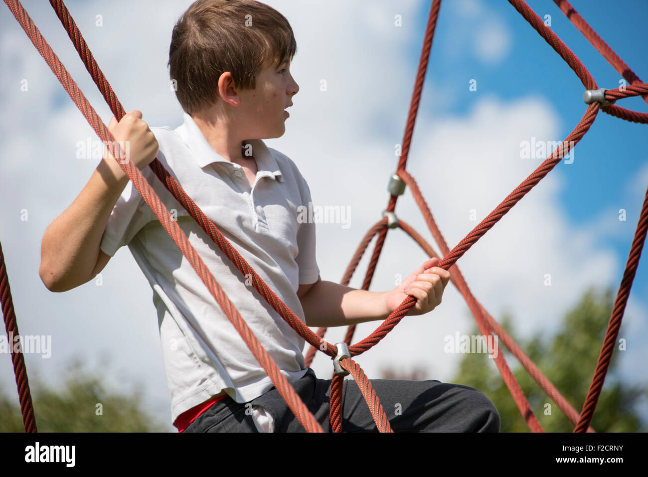 Klettergerüst Pyramide : Junge klettern seil frame pyramide stockfoto bild: 87563223 alamy