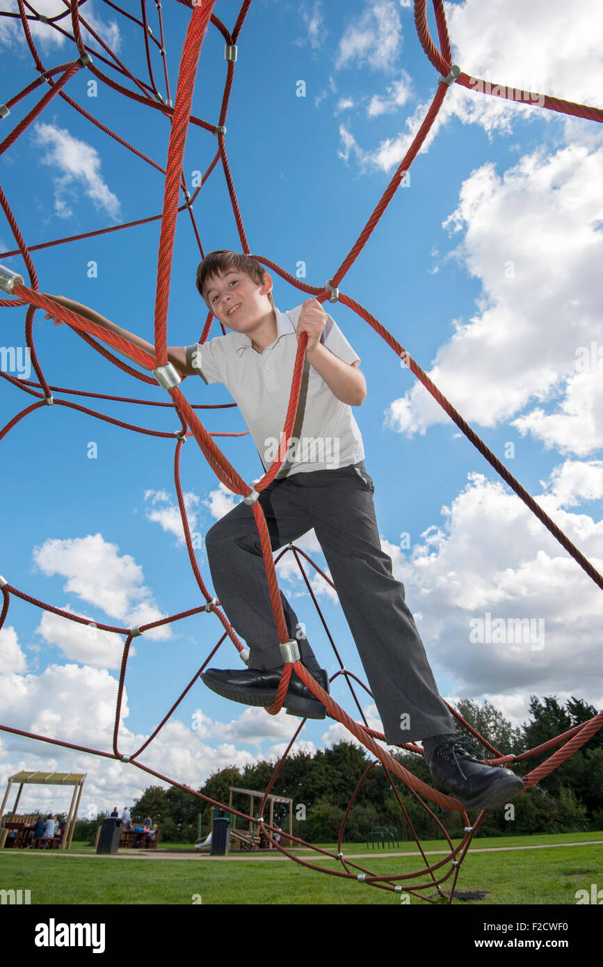 Junge Seil Klettergerüst Stockfoto, Bild: 87564596 - Alamy