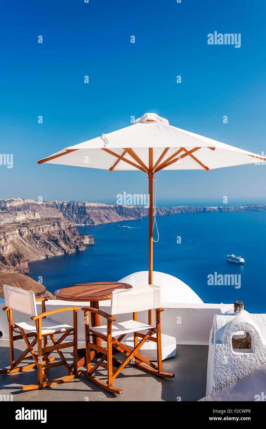 cafe chairs thira fira santorini stockfotos cafe chairs thira fira santorini bilder alamy. Black Bedroom Furniture Sets. Home Design Ideas