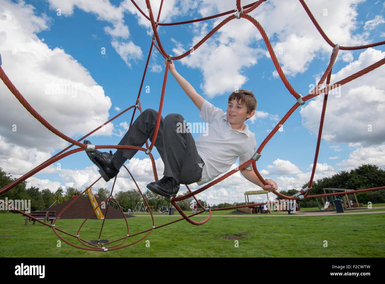 Junge Seil Klettergerüst Stockfoto, Bild: 87564873 - Alamy
