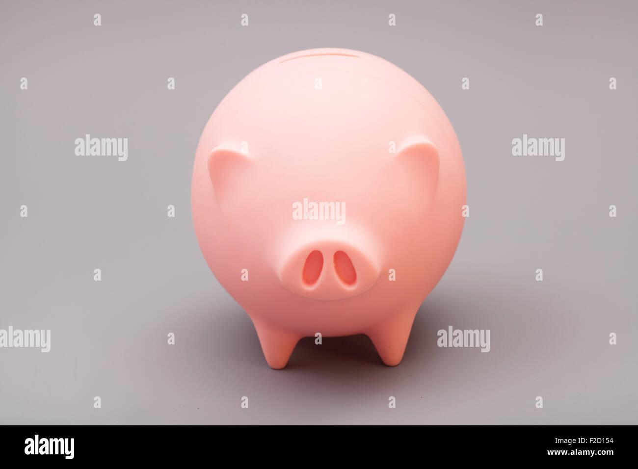 Sparschwein auf grauem Hintergrund Stockbild