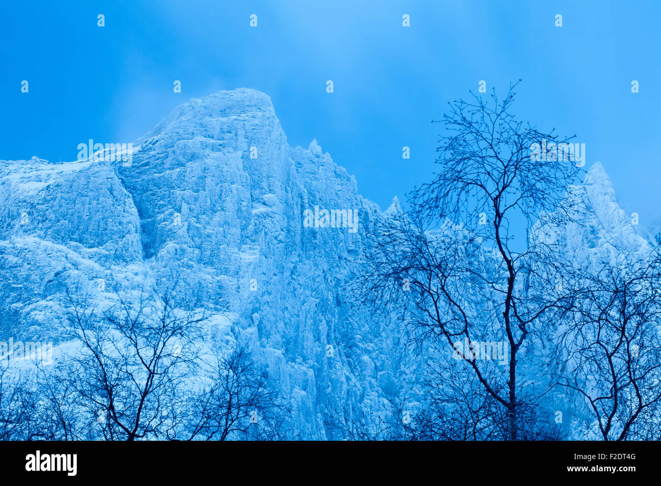 Blaue Stunde und Winter im Tal Romsdalen Møre Og Romsdalen, Norwegen. Stockbild