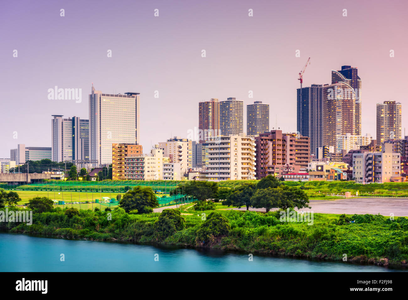 Kawasaki, Japan-Skyline am Fluss Tamagawa. Stockbild
