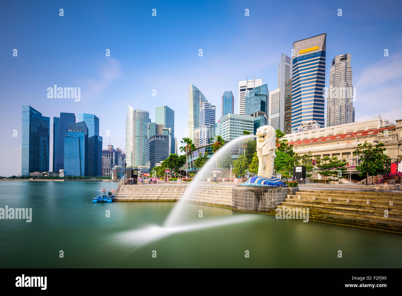 Skyline von Singapur am Merlion Brunnen. Stockbild
