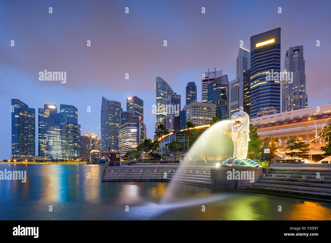 Skyline von Singapur am Brunnen. Stockbild