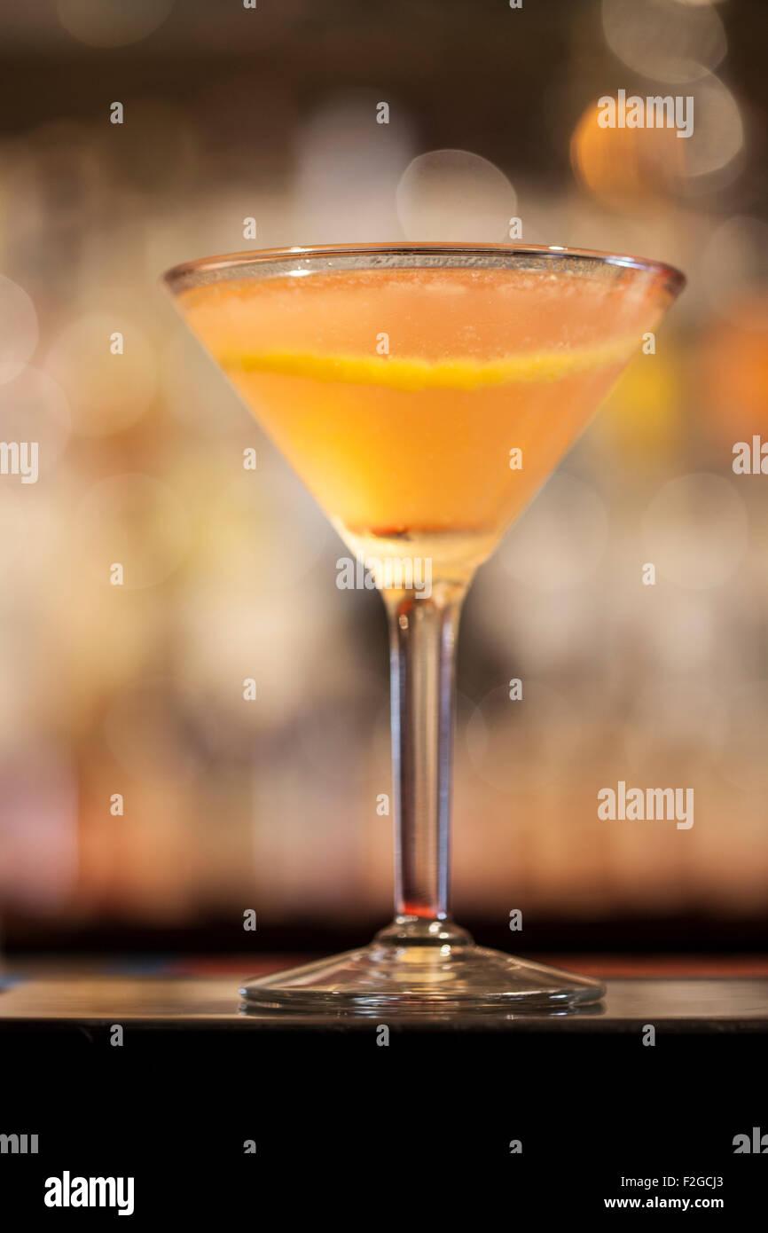 Cocktail in der bar zurück in Martinit Glas mit Lemon Twist und aus ...