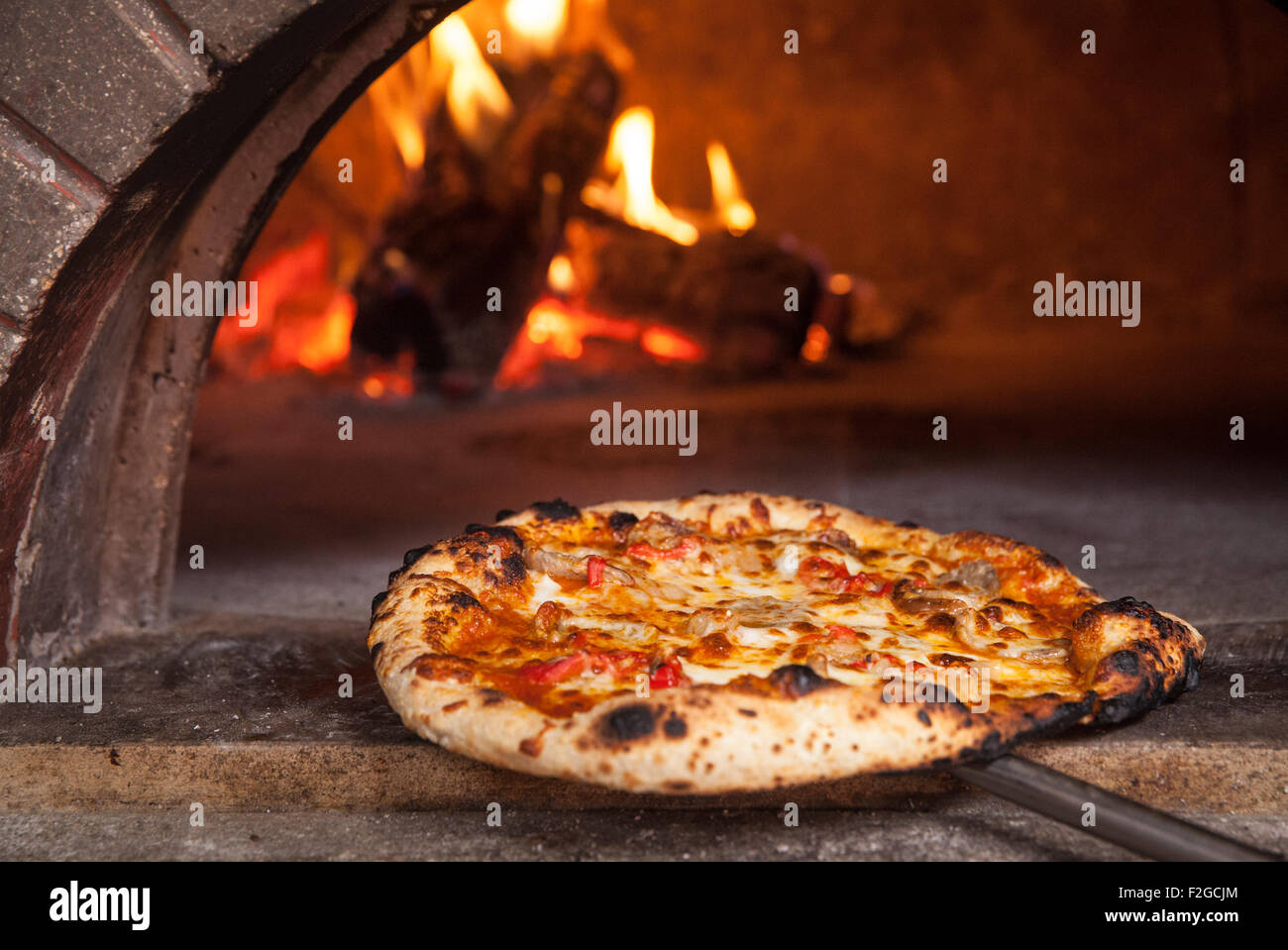k se pizza an der vorderseite des holzofen pizza stockfoto bild 87642316 alamy. Black Bedroom Furniture Sets. Home Design Ideas