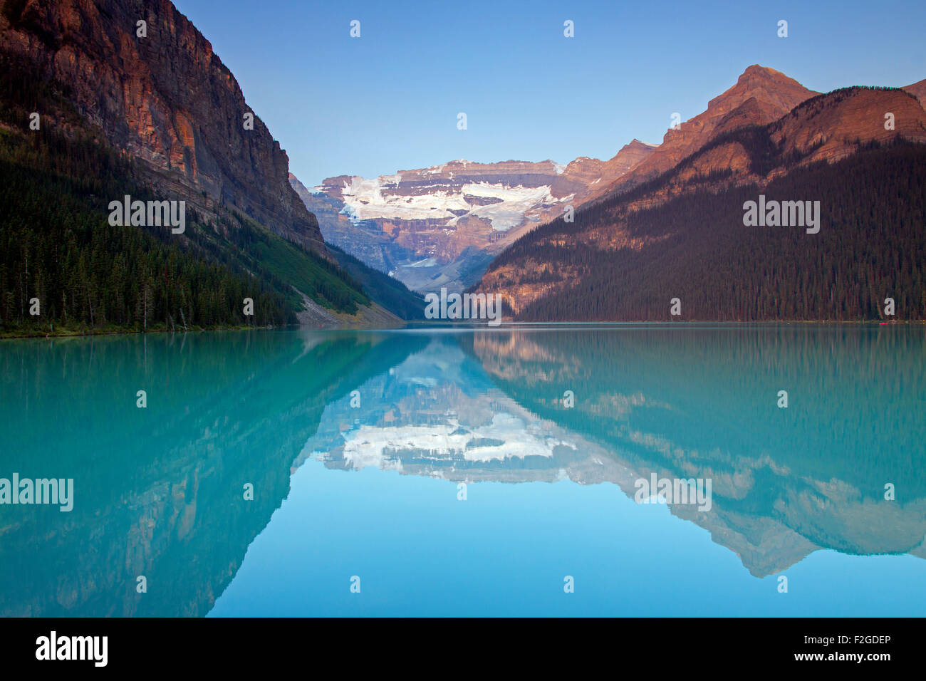 Glacial Lake Louise mit Victoria Gletscher und Berge spiegeln sich in smaragdgrünen Wasser, Banff Nationalpark, Stockbild