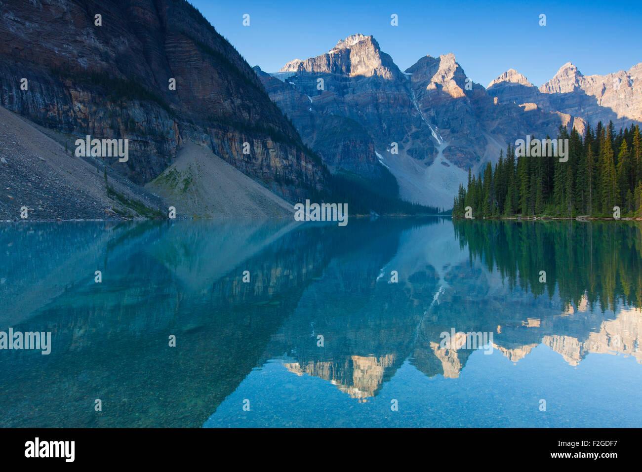 Berge spiegeln sich in Gletscherwasser der Moraine Lake im Valley of the Ten Peaks, Banff Nationalpark, Alberta, Stockbild