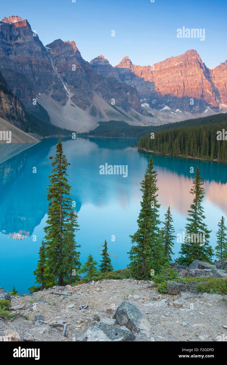 Glazial-Moraine Lake im Valley of the Ten Peaks, Banff Nationalpark, Alberta, Kanada Stockfoto