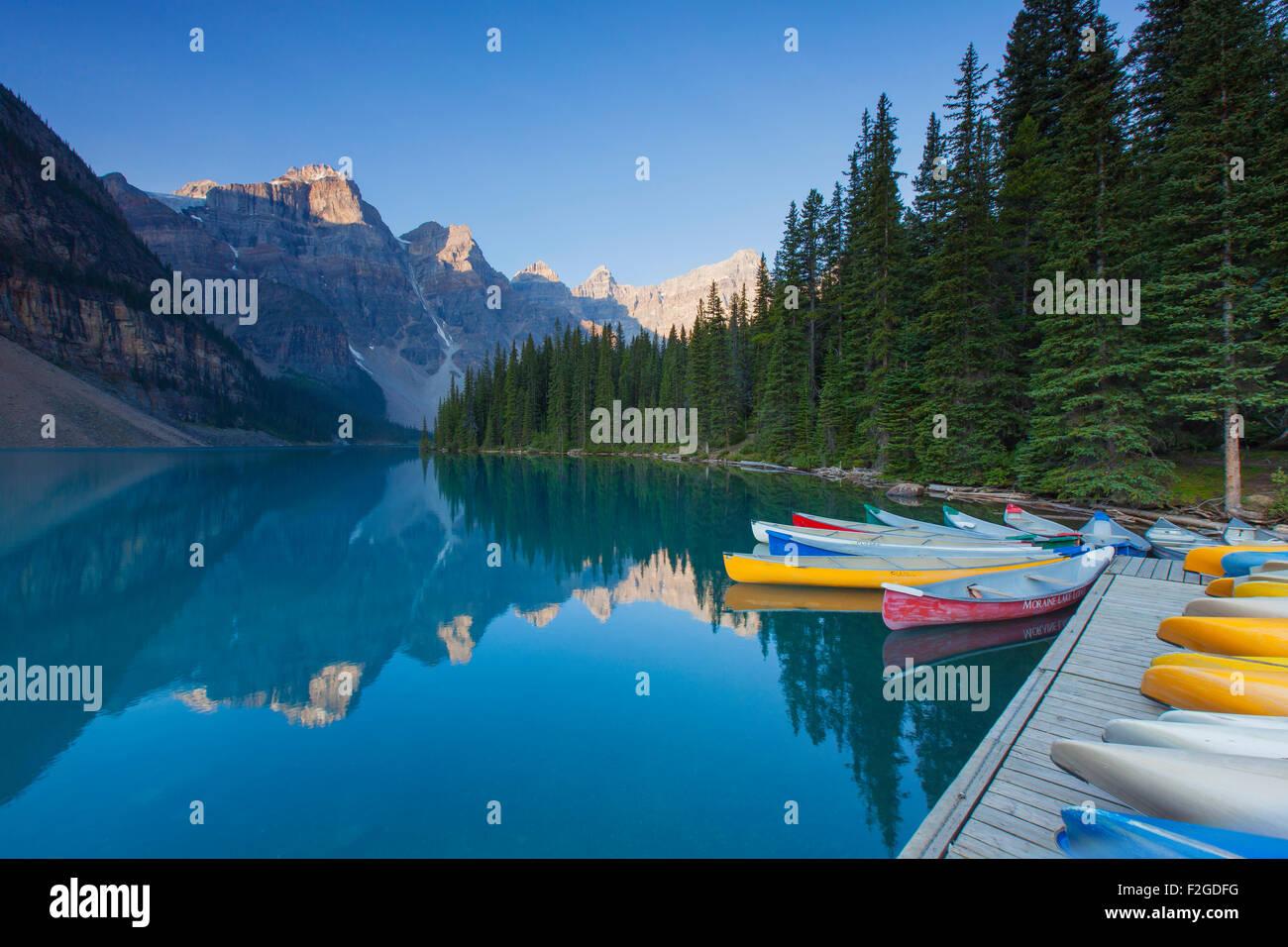 Kanus am Moraine Lake im Valley of the Ten Peaks, Banff Nationalpark, Alberta, Kanada Stockbild