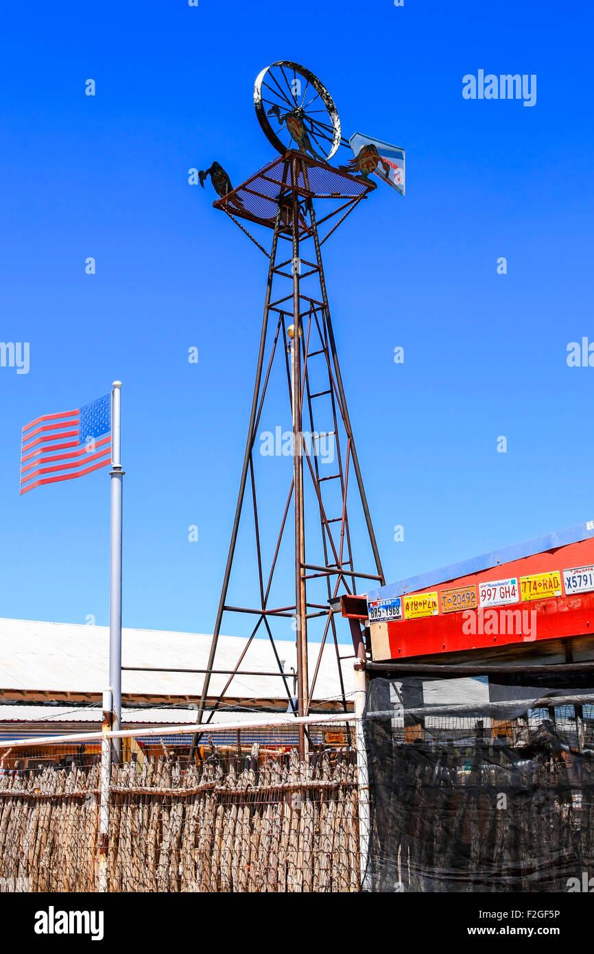 Kunstwerk-Version eine windgetriebene Wasserpumpe bei Watsons Bar-B-Que in Tucumcari NM geschweißt Stockbild