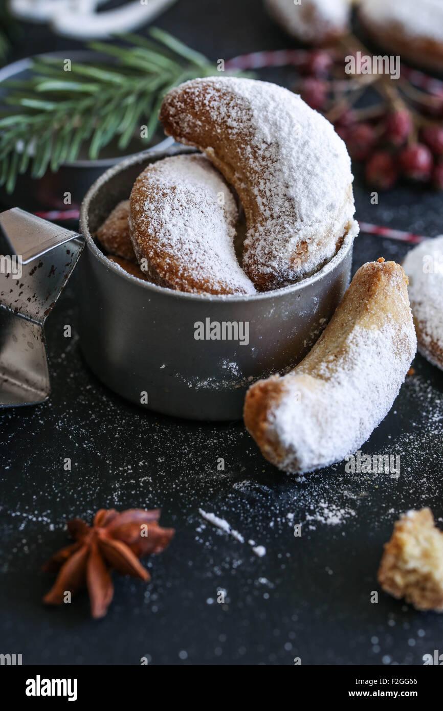 Vanillekipferl (sichelförmige Vanille Kekse) wird gekrönt mit Vanillezucker Stockbild