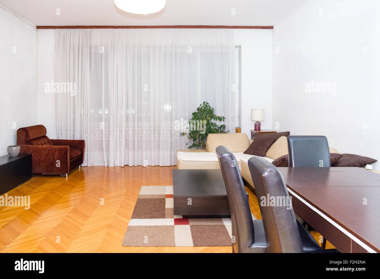 Moderne Saubere Wohnzimmer Interieur Mit Schrank Und TV Rack. Gemütliche  Sitzecke Sofa Im Salon In Modernen Haus. Kuppeln