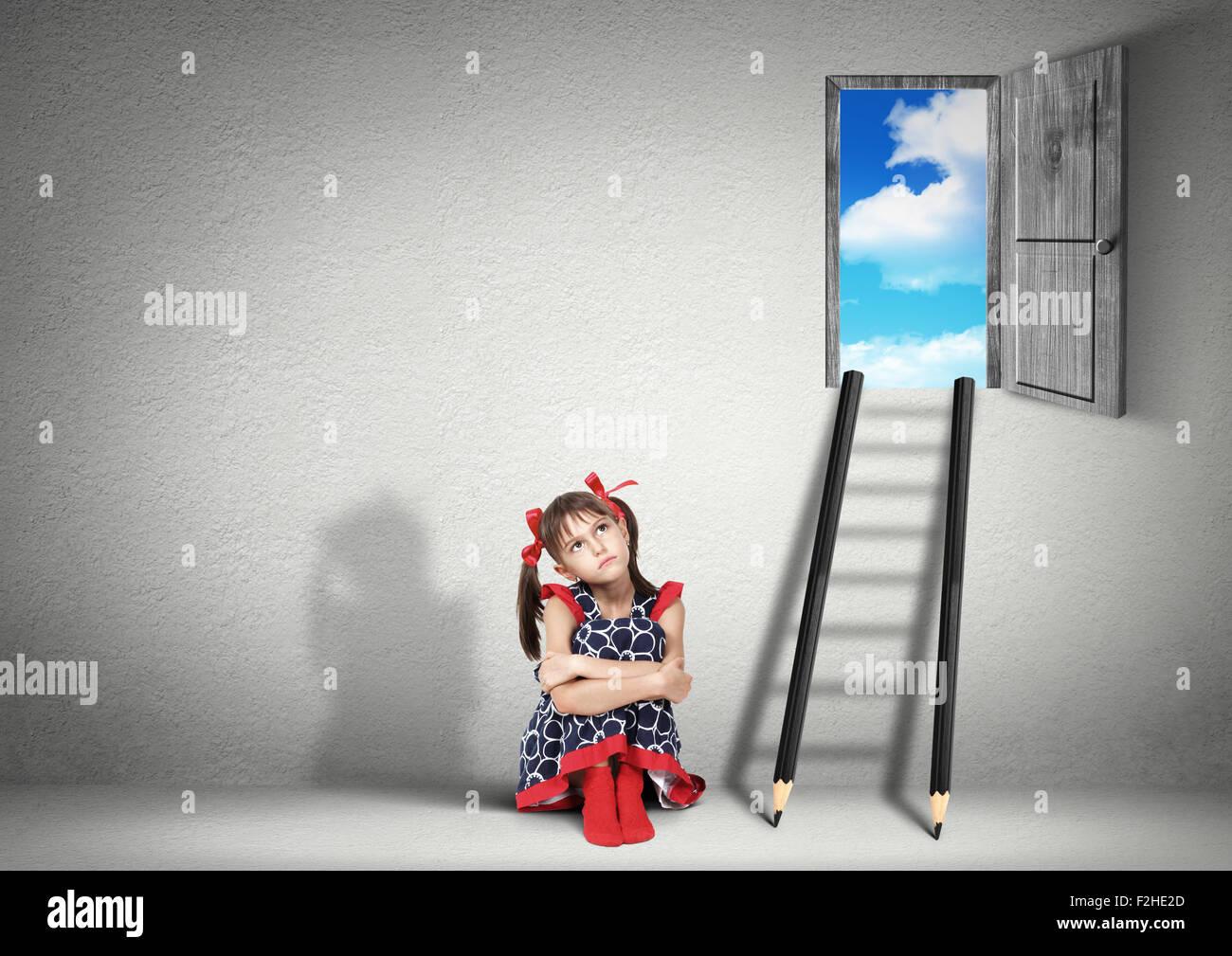 Kind Mädchen träumen in der Nähe von Treppen Bleistifte, Lösungskonzept Stockbild