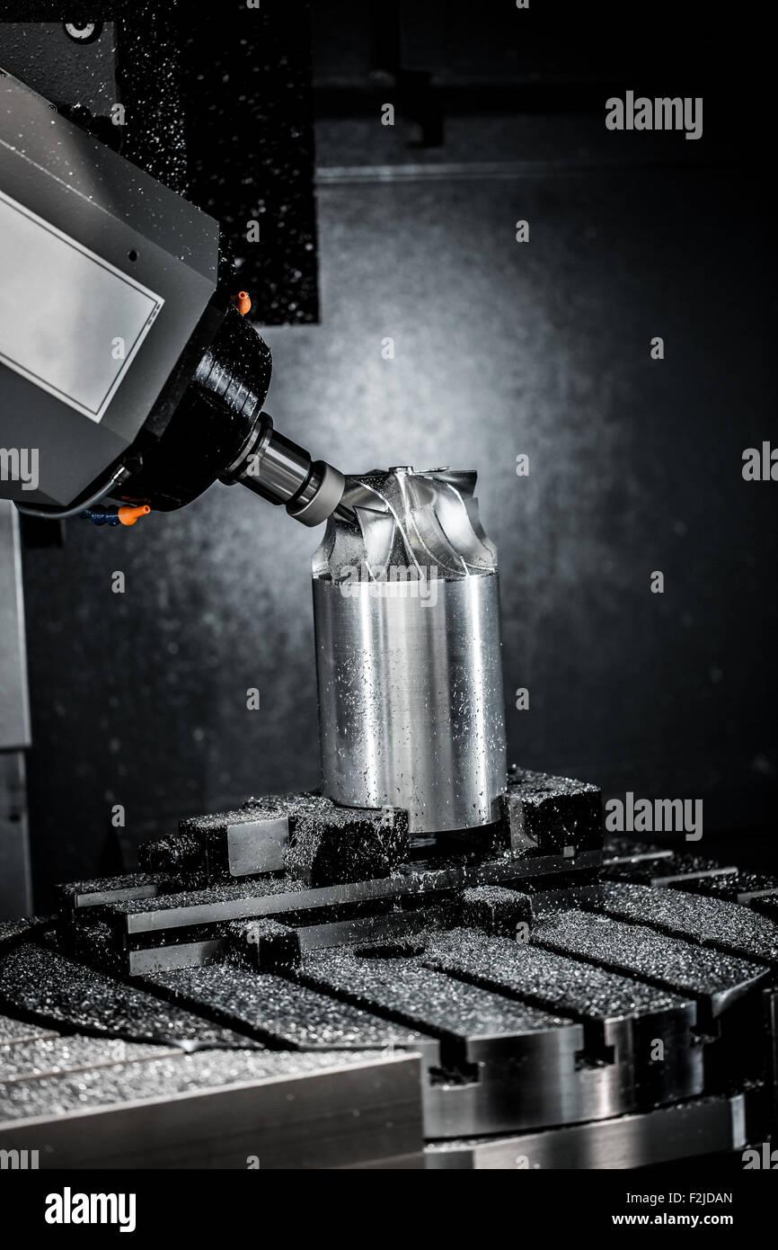 Metallbearbeitung CNC-Fräsmaschine. Modernen Metallverarbeitung schneiden Technologie. Kleine Schärfentiefe. Stockbild
