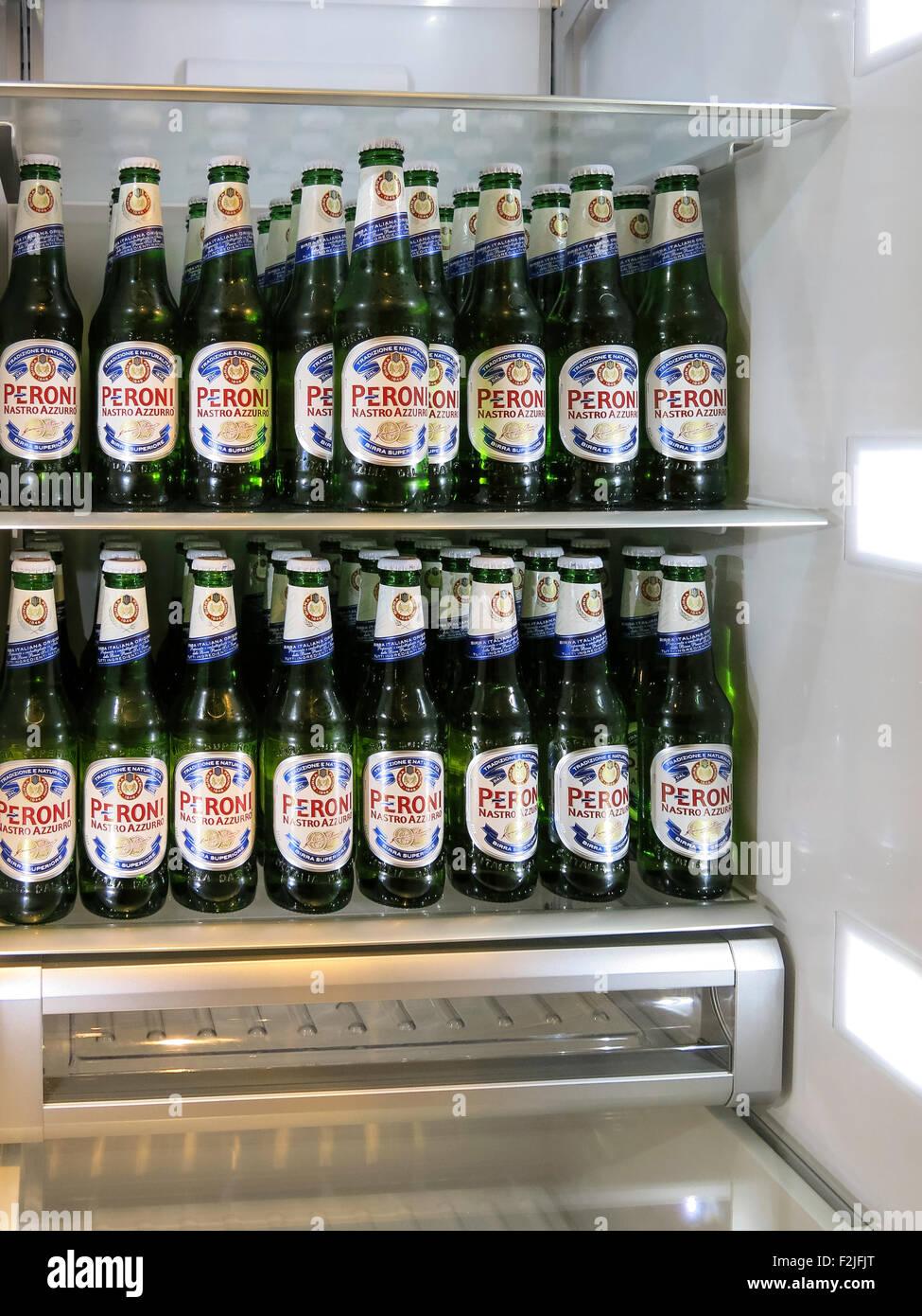 Kühlschrank gefüllt mit Flaschen Peroni-Bier Stockfoto, Bild ...
