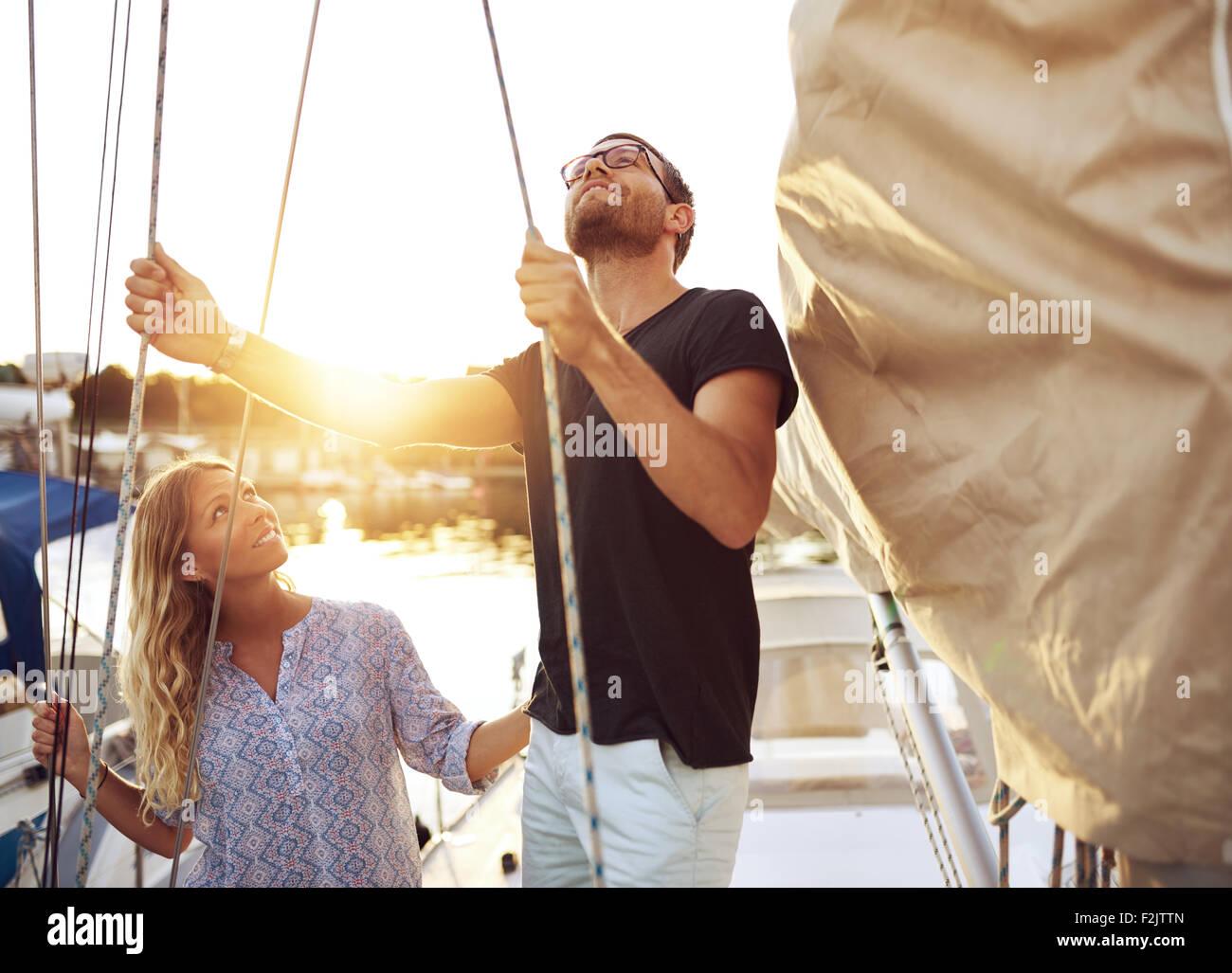 Paar auf ihre Segel Boot überprüfen sie bevor Sie sich Stockbild