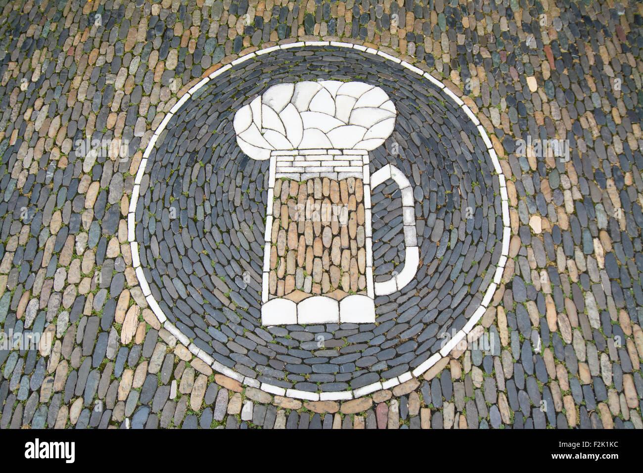 Freiburg, Baden-Württemberg, Deutschland - Pflaster Kunst Bierkrug Stockbild