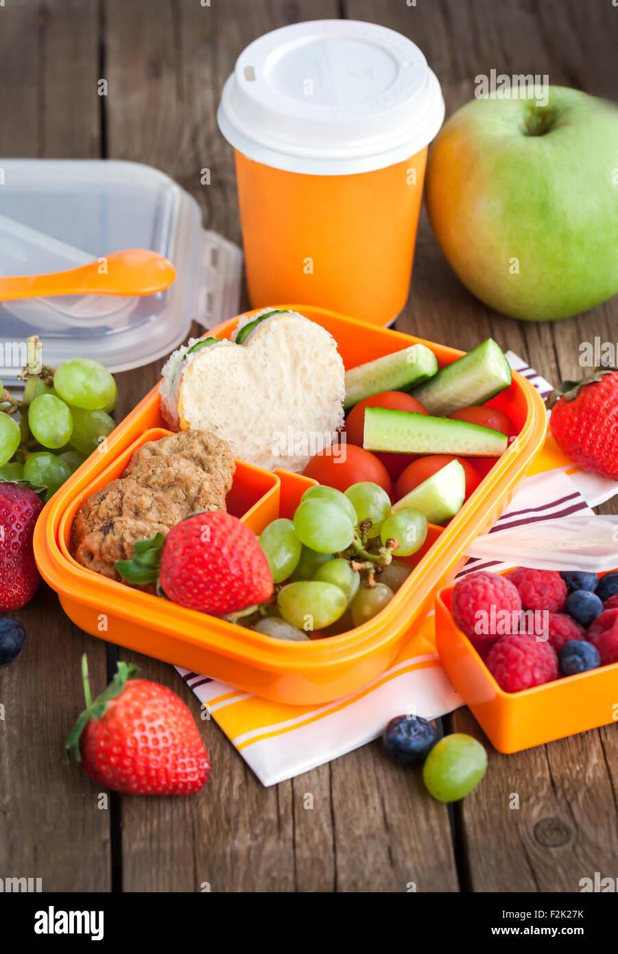 Lunch box f r kinder mit sandwich kekse frisches gem se - Obst und gemuseplatte fur kindergarten ...