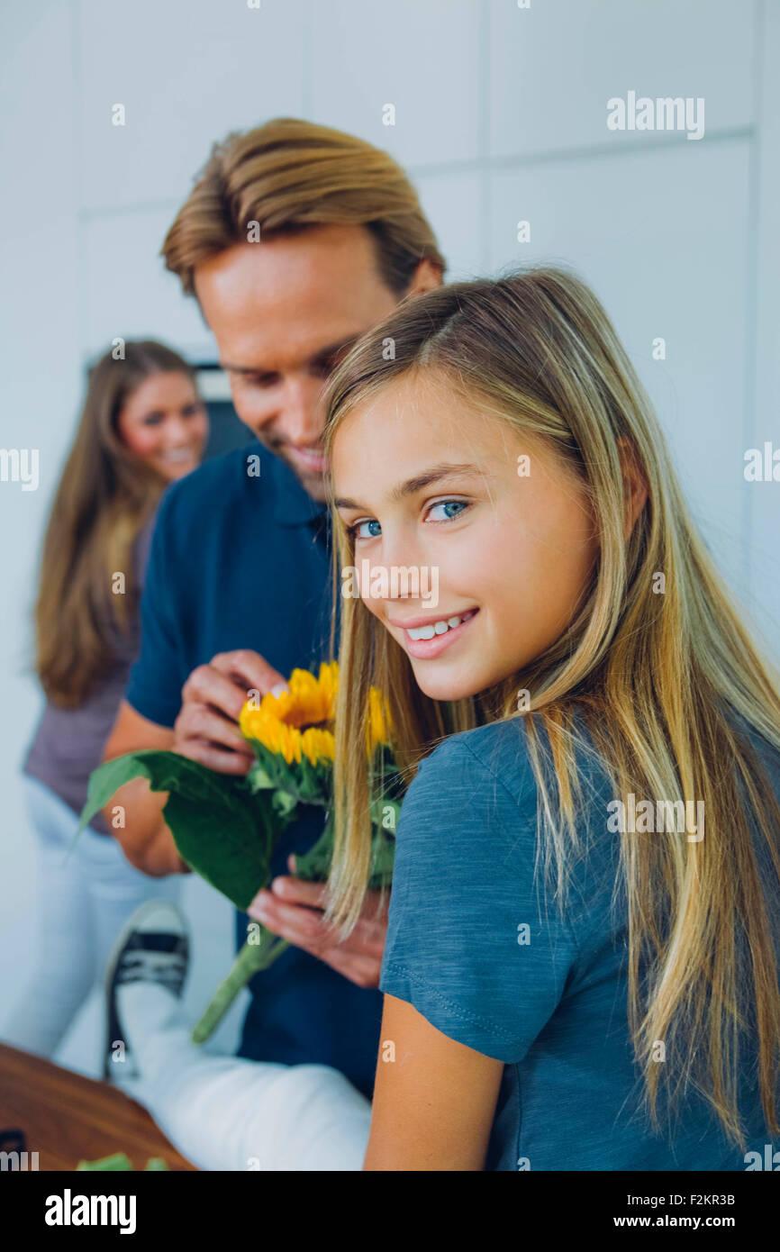 Lächelndes Mädchen mit Eltern zu Hause Stockbild