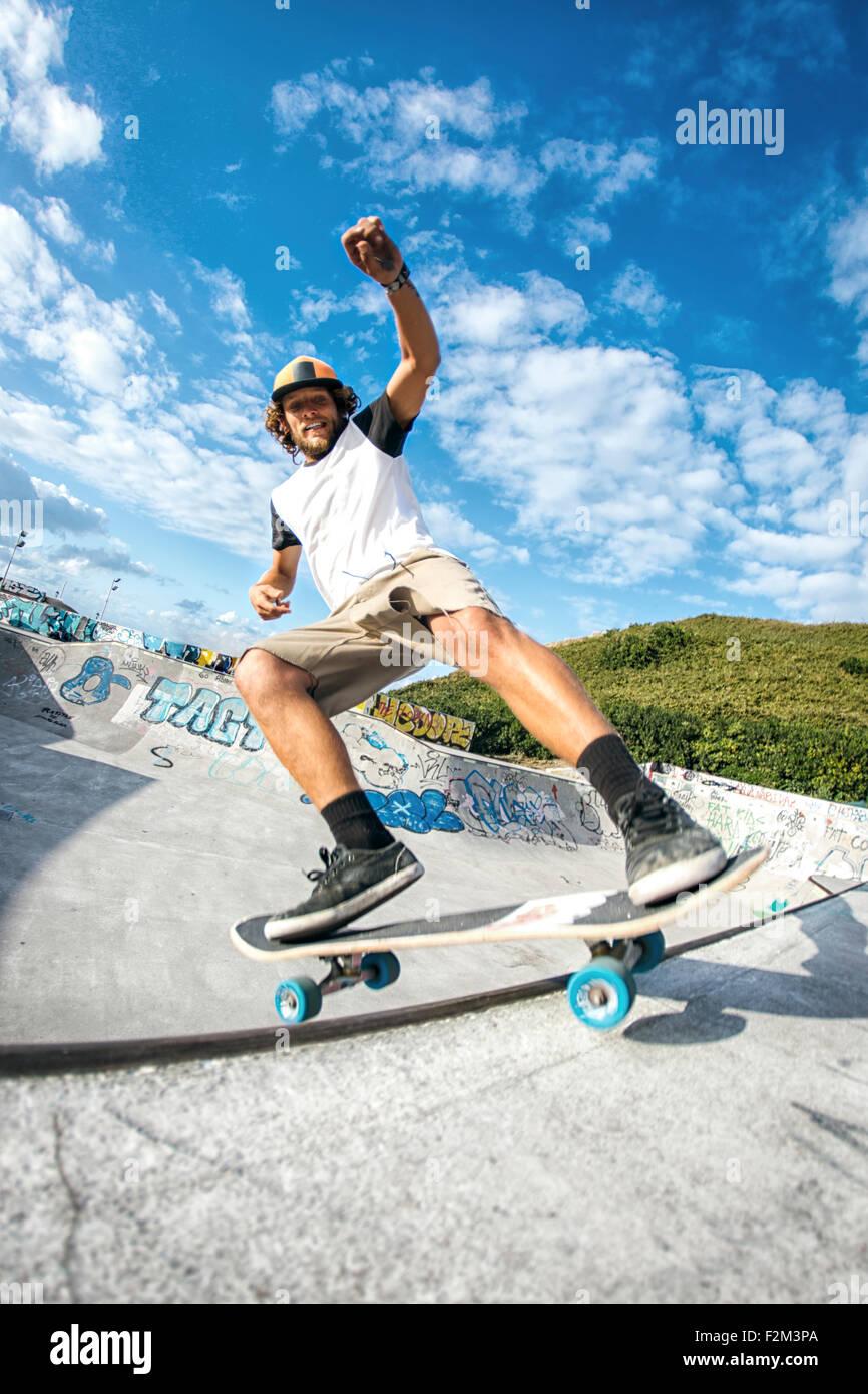 Junger Mann in einem Skatepark skateboarding Stockbild