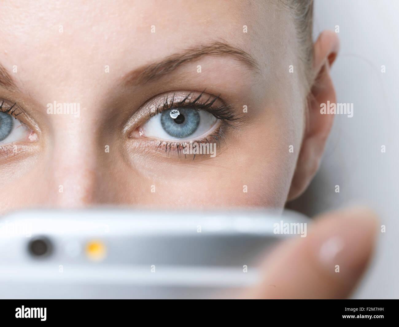 Nahaufnahme von Frau mit Handy Stockbild