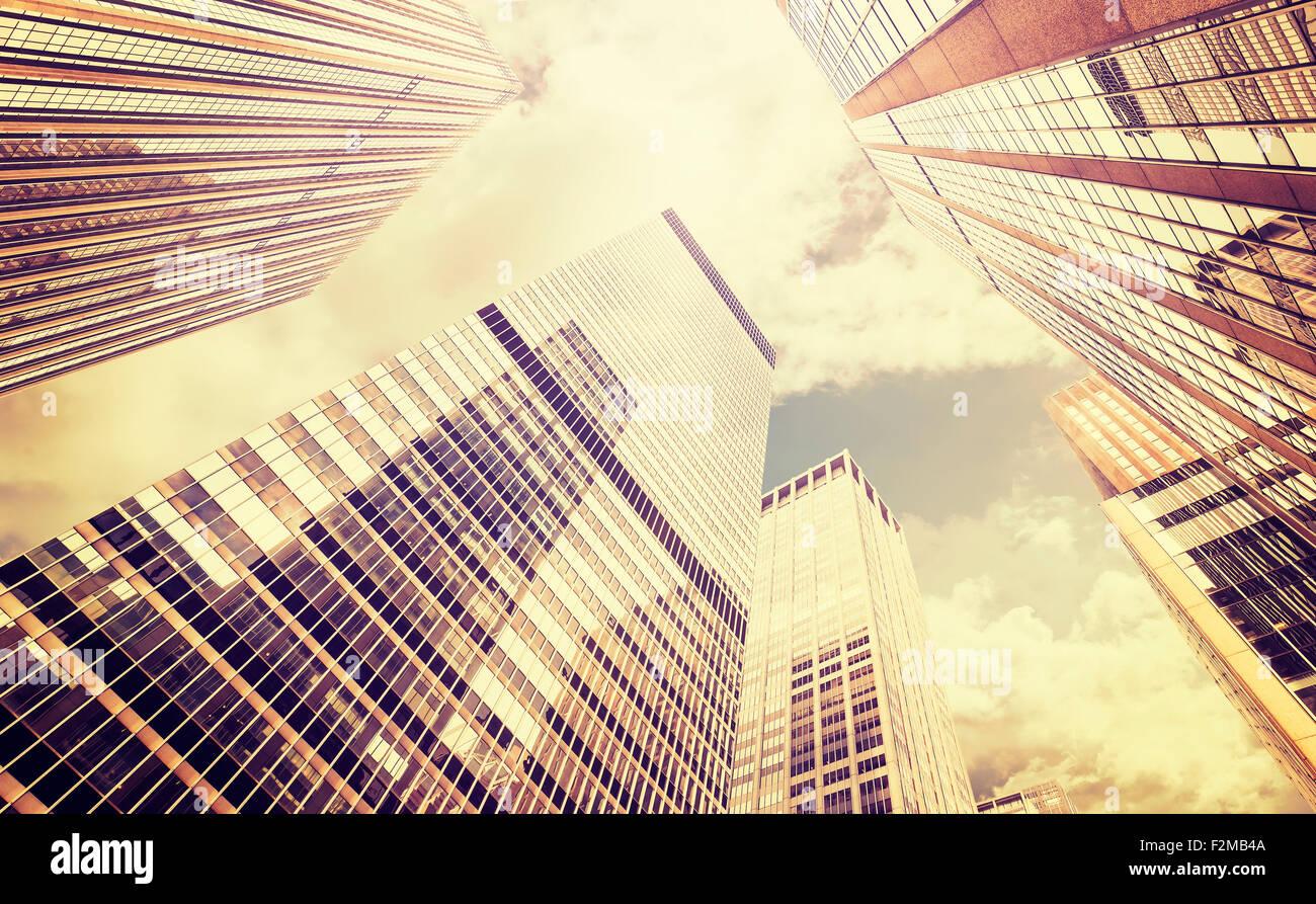Retro stilisierte Foto Wolkenkratzer in Manhattan bei Sonnenuntergang, New York City, USA. Stockfoto