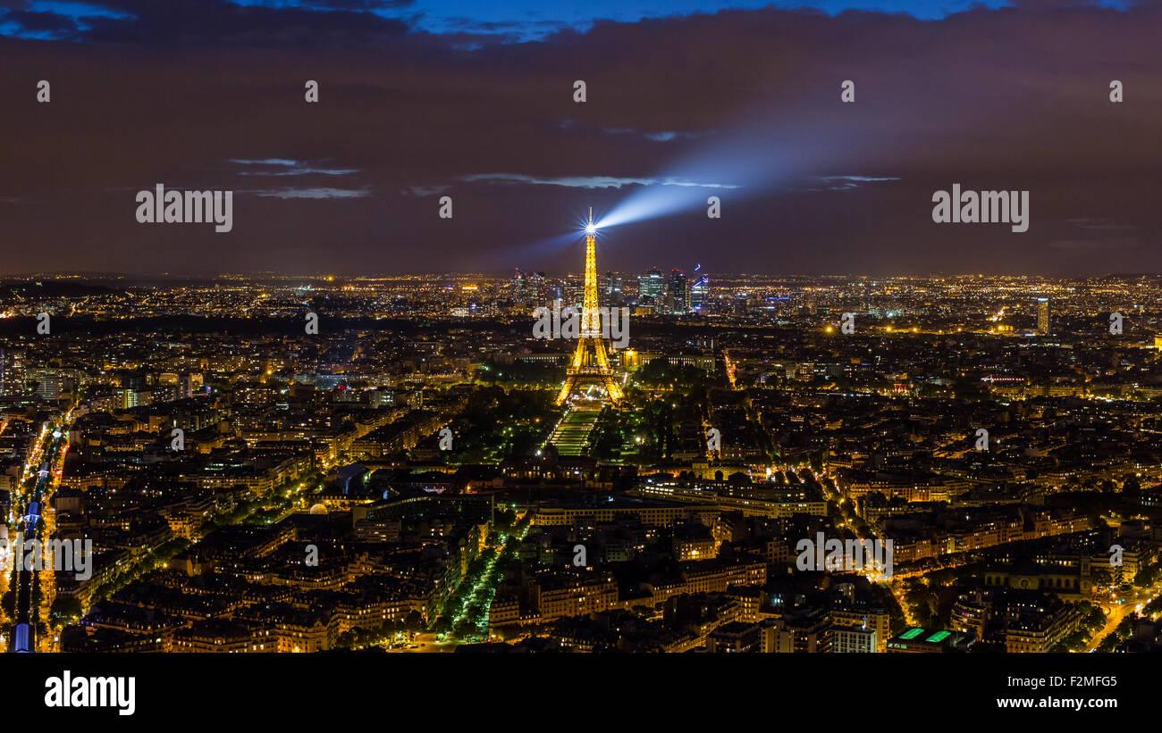 Erhöhten Nacht Blick auf den Eiffelturm, Skyline der Stadt und La Defence Skyscrapper Bezirk in der Ferne, Stockbild
