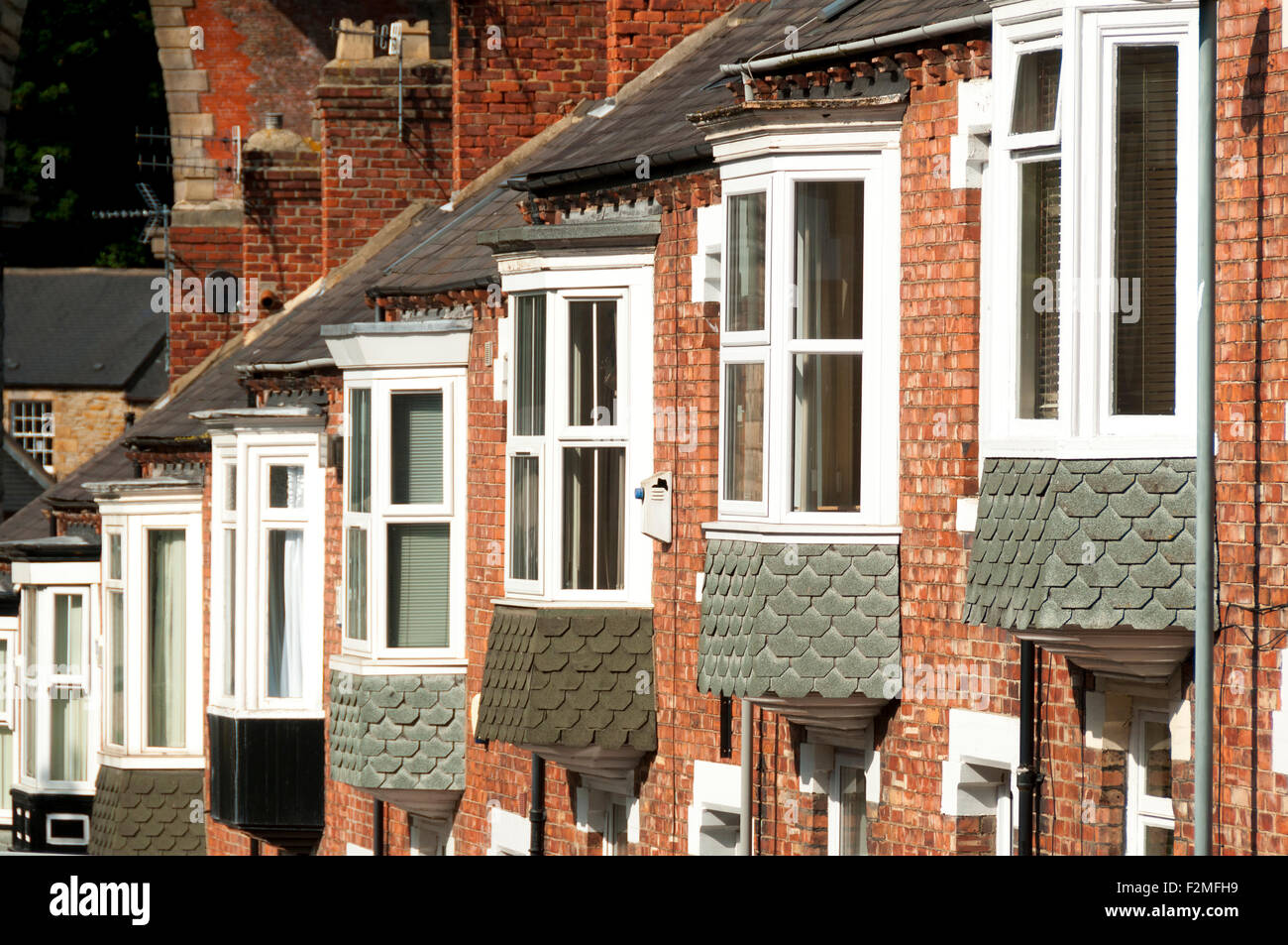 Erker-Fenster auf Reihenhäuser auf einem steil abfallenden Straße, Atherton Straße, Stadt Durham, Stockbild