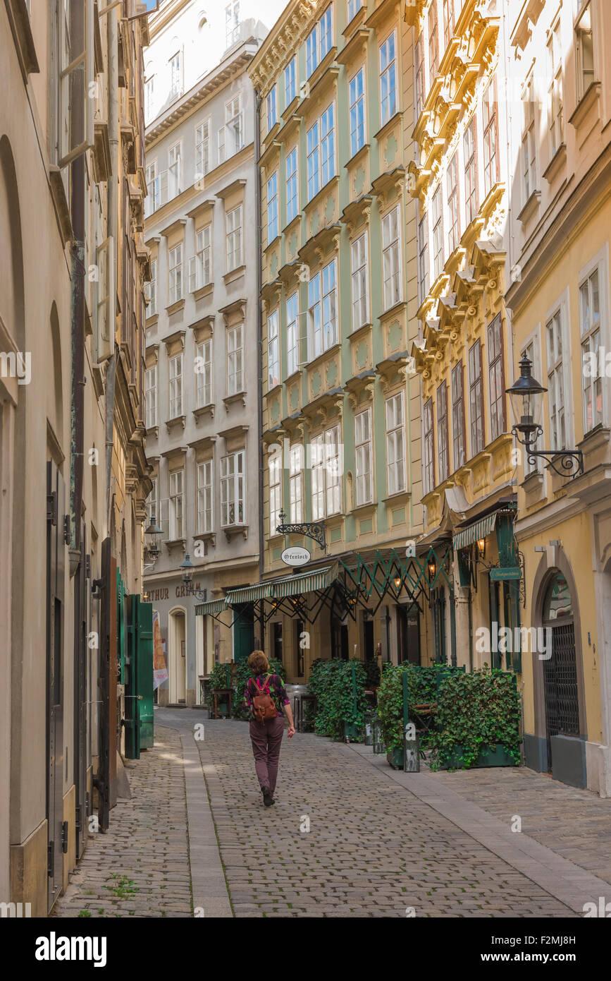 Alt Wien Innere Stadt, untersucht ein Tourist eine Straße in der historischen Altstadt von Wien. Stockbild