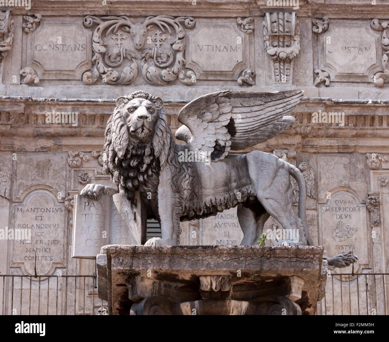 Statue von Löwe von San Marco und Pallazo Maffei am Piazza Delle Erbe in Verona Italien Stockbild